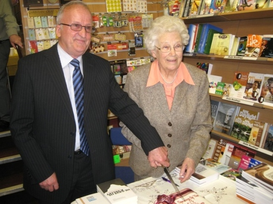 Wilf Urquhart and Helen Roseveare cut the cake